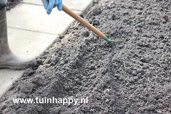 Tuinhappy.nl - wortelen zaaien - geultje maken