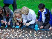 kinderen bloembollen planten