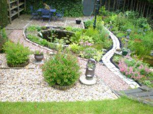 Tuin met groen en bestrating