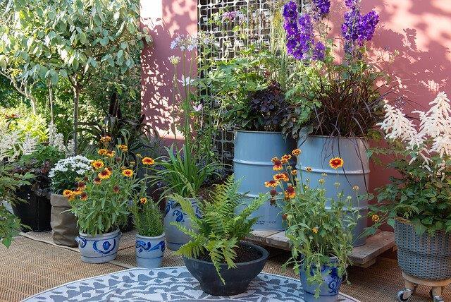 Mooie combinatie van planten in potten en in de volle grond