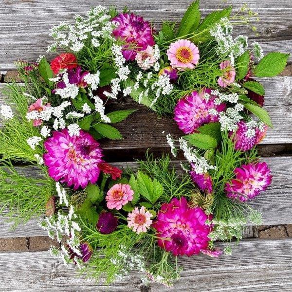 Maak leuke tuinplannen: bloemenkrans met dahlia's en eenjarige zomerbloemen