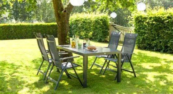 Tuintafel set in het gras - tuinhappy - tuinblogger - blogger tuin - tuinieren