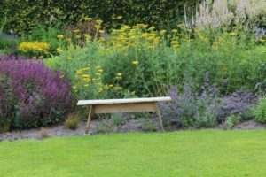 Picknickbankje in de tuin